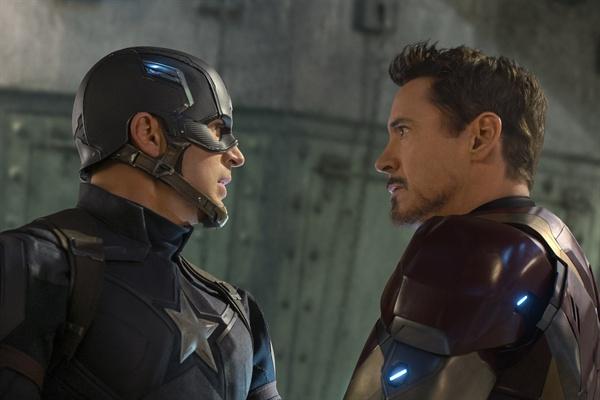 캡틴 아메리카 vs. 아이언맨 캡틴 아메리카와 아이언맨은 가장 미국적인 두 캐릭터다. 그들을 중심으로 어벤져스가 두 편으로 갈라져 싸운다. 캡틴 아메리카로 하여금 통제없는 자유를 지지하게 한 선택이 놀랍다. 그런데 둘 중 어느 한 편을 택해야 하는 건 영화 속 어벤져스 멤버들 뿐일까?