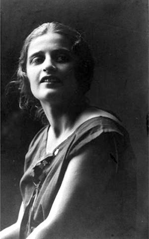 아인 랜드의 여권사진 보수의 대모로 불리는 아인 랜드의 1925년 소련 여권 사진. 1905년생이었던 그녀는 당시 만 20살이었다. 볼셰비키 혁명으로 가족의 몰락을 겪은 그녀는 적극적으로 소수 엘리트를 옹호한다.