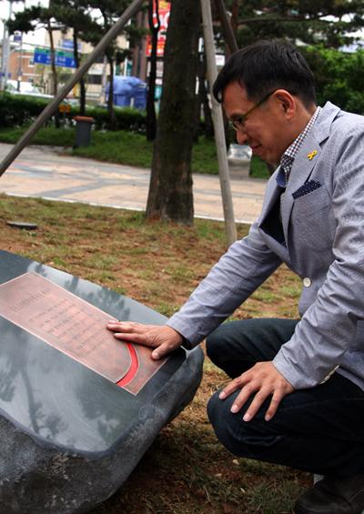 인천지역 시민사회 한 인사가 5.3항쟁 기념비 앞에서 당시를 회상하고 있다.