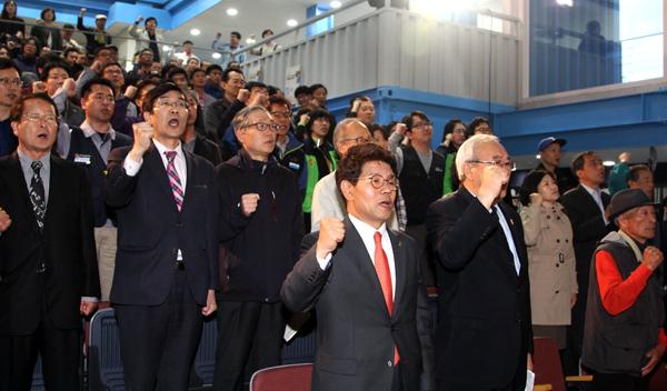 인천 5.3민주항쟁 정신계승 기념식 참석자들이 '임을 위한 행진곡'을 부르고 있다.