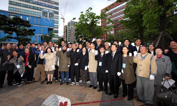 인천 5.3민주항쟁 정신계승 기념식 참석자들이 단체 기념사진을 찍고 있다.
