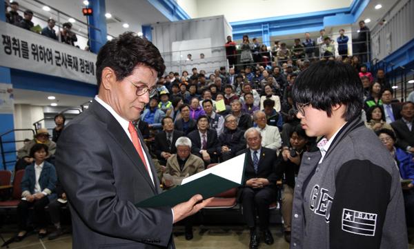 이청연 인천시교육감이 '민주평화인권 사진 콘테스트' 입상자에게 상장을 주고 있다.