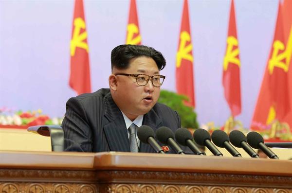 북한이 6일 평양 4.25문화회관에서 제7차 노동당대회를 개최했다고 노동신문이 7일 보도했다. 사진은 뿔테 안경을 쓰고 회색 넥타이와 검은색 줄무늬 양복차림의 김정은이 개회사를 하는 모습.