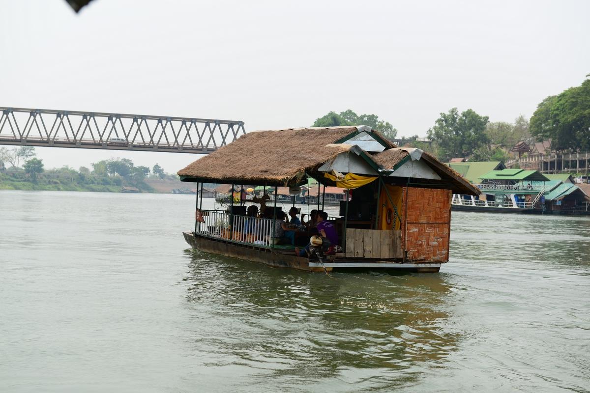 남능강의 배 유유히 흐르는 배 위에서 노래도 감상하고 아름다운 주위의 풍경에 취하며 먹는 선상식은 일품이다.
