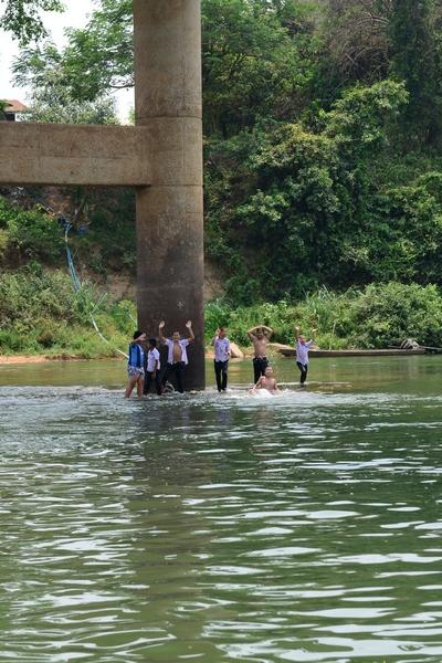 라오스아이들 물놀이를 하고 놀고 있다. 우리를 보더니 손을 흔들고 하트 모양을 해준다. 어렸을 때 딱 우리 모습이다.