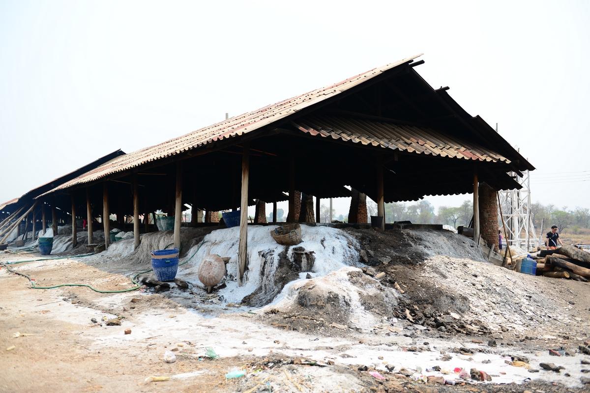 라오스 소금 이 곳 창고에서 가마에 장작불로 끓여 소금을 생산한다. 밖에서는 햇빛과 바람에 말려 생산한다. 천일염이다.