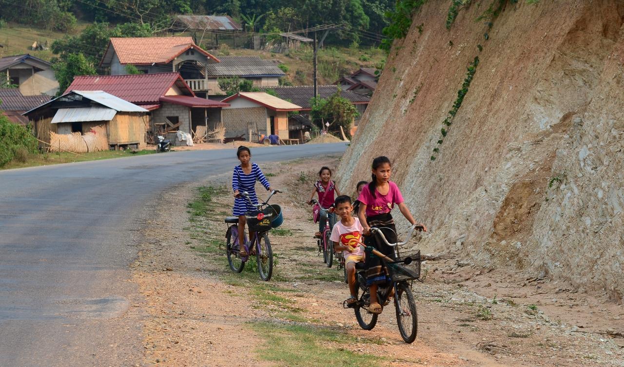 라오스 아이들 우리를 보더니 자전거를 타고 달려 온다. 50여 년 전의 바로 우리 모습이다. 천진난만한 모습을 보니 불연듯 어린 시절이 생각 난다.