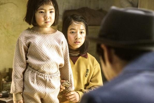 웃을 일이 많지 않은 요즈음. <탐정 홍길동>에서 말순이 역을 맡은 아역배우 김하나(좌)의 깜찍한 연기는 관객들에게 폭소를 선사한다.