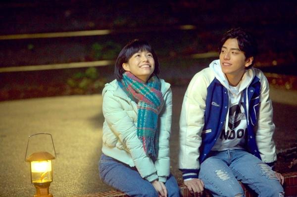 영화 <나의 소녀시대>의 한 장면. 린전신(송운화)과 쉬타이위(왕대륙)는 친구들과 다함께 캠핑을 간 날 밤, 잊지못할 순간을 나눈다.