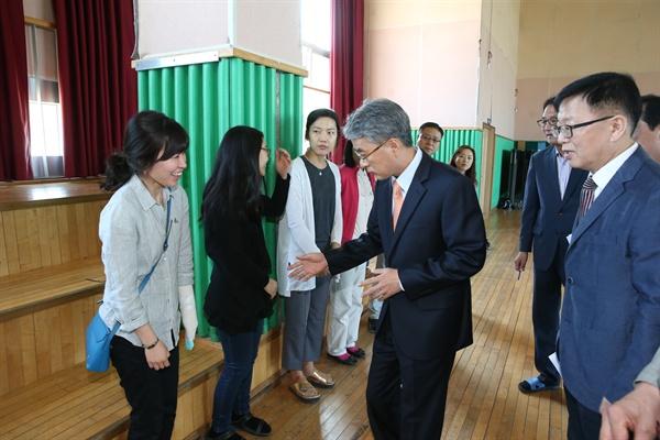 박종훈 경남도교육감은 17일 양산중학교를 방문해, 하루 전날 남해고속도로에서 당했던 사고와 관련해 관계자들을 위로했다.