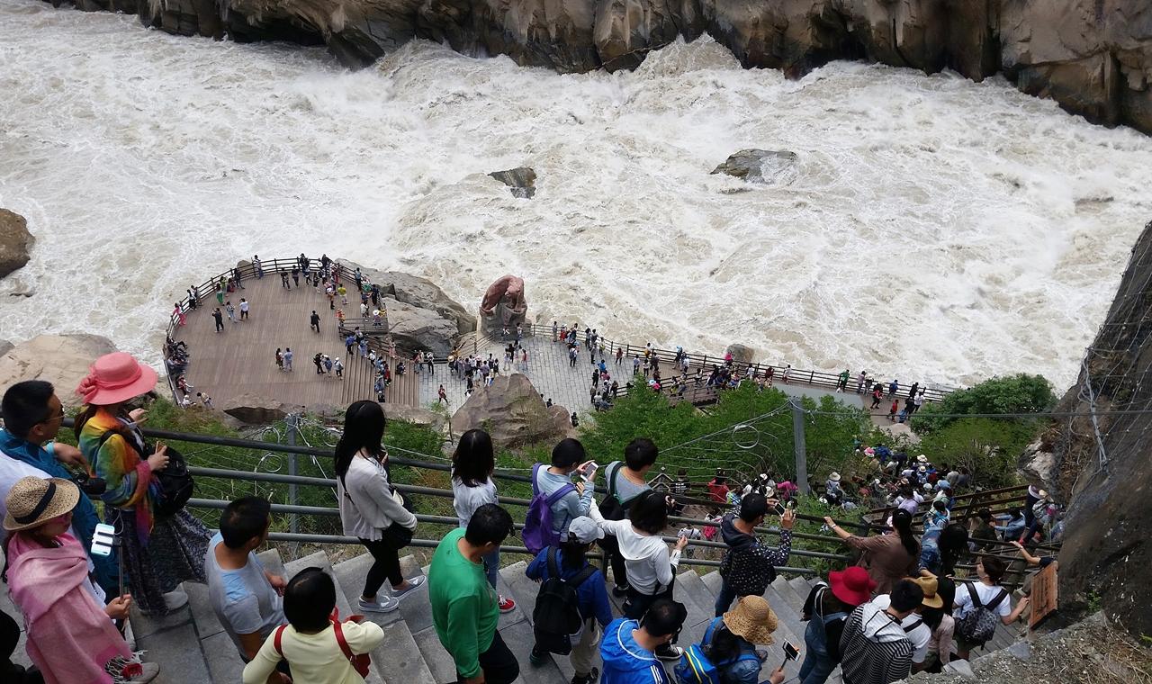 호도협. 사람들이 가파른 계단을 내려가고 있다.