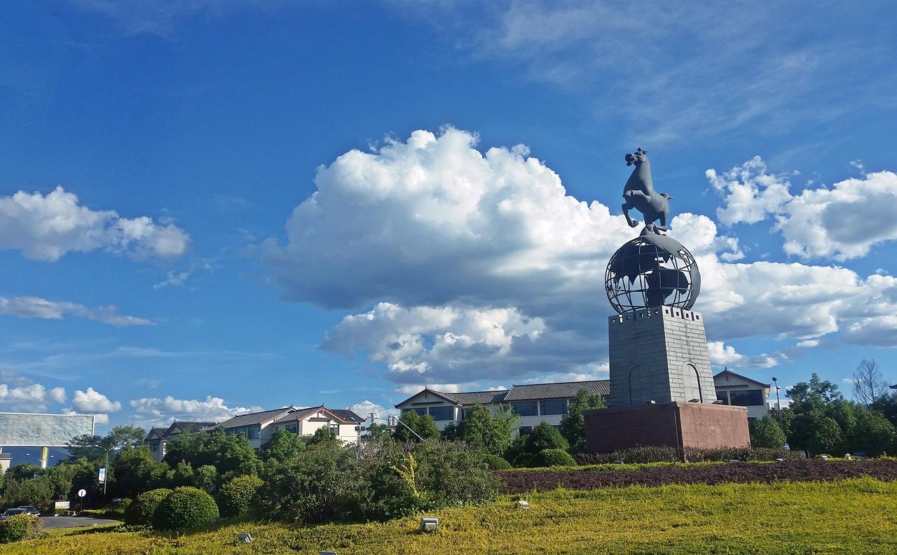 기세 높은 말 동상 뒤로 구름이 웅장하게 펼쳐져 있다. 윈난은 구름이 아름다운 도시였다.