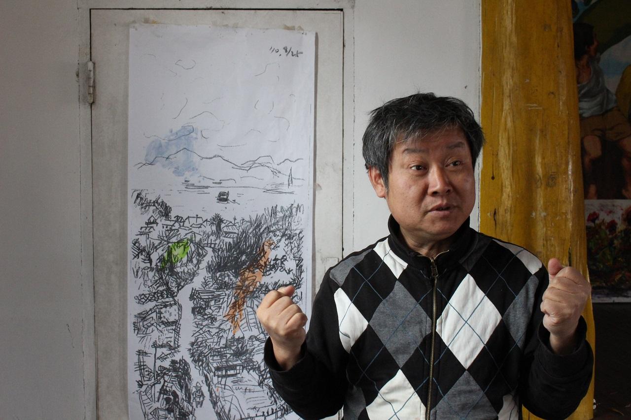 정승각 작가가 일본 현지에서 스케치한 그림을 배경으로 취재를 하며 겪었던 이야기를 설명하고 있다.