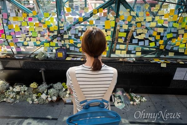 18일 오후 서울 강남역 10번 출구에는 지난 17일 새벽 노래방 화장실에서 발생한 '강남역 살인' 피해 여성을 추모하는 인파가 몰리고 있다. 추모를 위해 강남역을 찾은 시민들은 추모의 글을 적은 메모지를 붙히거나 헌화를 했다.
