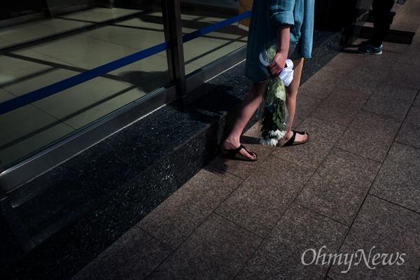 국화 한다발의 추모 18일 오후 서울 강남역 10번 출구에는 지난 17일 새벽 노래방 화장실에서 발생한 '강남역 살인' 피해 여성을 추모하는 인파가 몰리고 있다. 추모를 위해 강남역을 찾은 시민들은 추모의 글을 적은 메모지를 붙히거나 헌화를 했다.