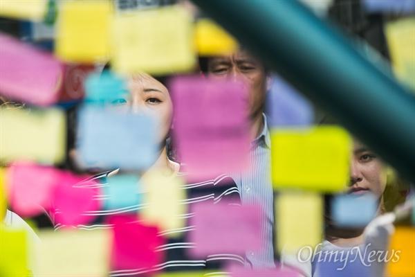 살인 피해자 추모하는 시민들 18일 오후 서울 강남역 10번 출구에는 지난 17일 새벽 노래방 화장실에서 발생한 '강남역 살인' 피해 여성을 추모하는 인파가 몰리고 있다. 추모를 위해 강남역을 찾은 시민들은 추모의 글을 적은 메모지를 붙히거나 헌화를 했다.
