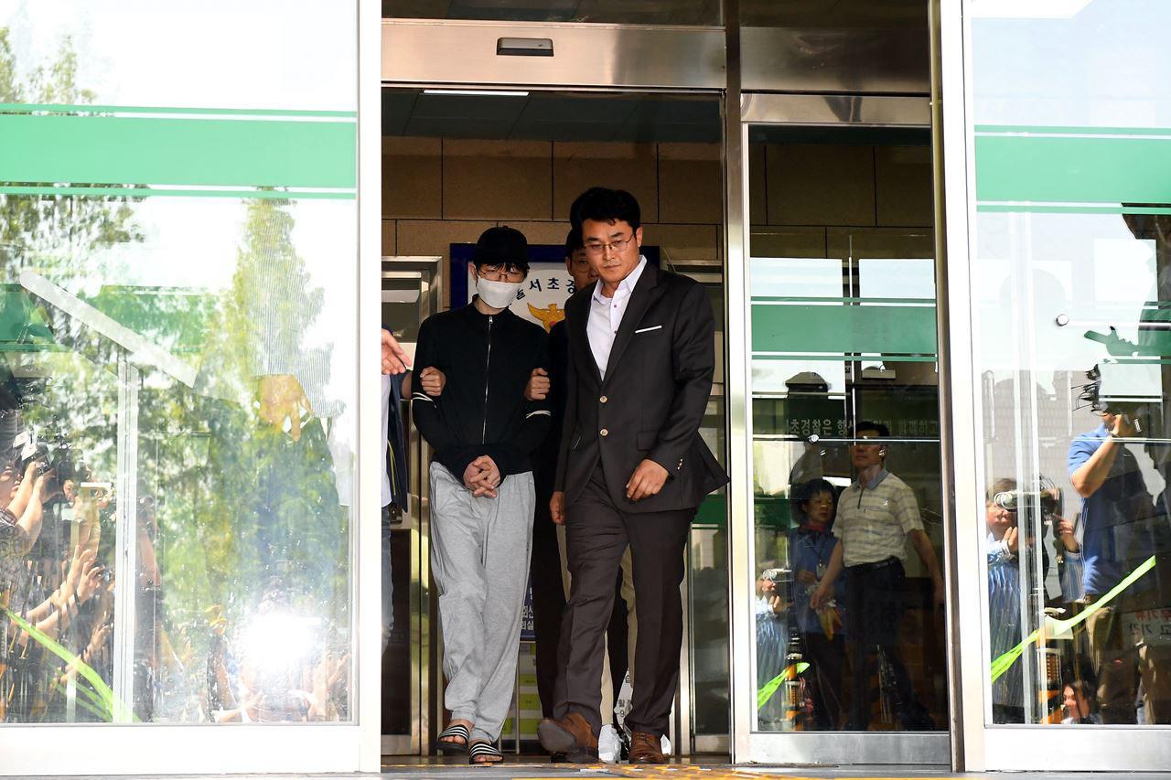 지난 17일 새벽 서울 서초구 강남역 인근의 노래방 화장실에서 여성을 흉기로 살해한 혐의를 받고 있는 용의자 김모(34)씨가 영장실질심사를 받기 위해 19일 오후 서울 서초경찰서를 나와고 있다.