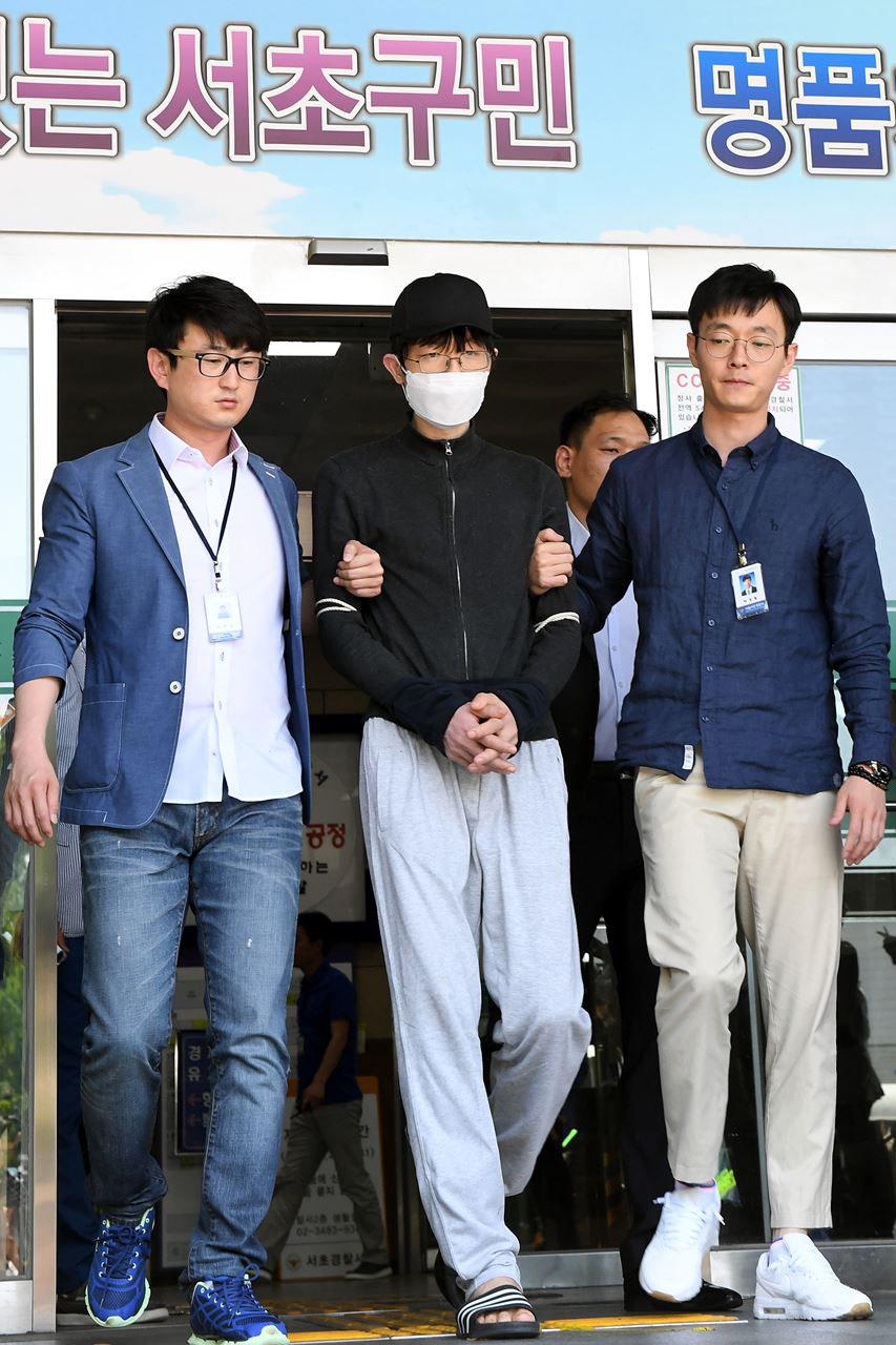 지난 17일 새벽 서울 서초구 강남역 인근의 노래방 화장실에서 여성을 흉기로 살해한 혐의를 받고 있는 용의자 김모(34)씨가 영장실질심사를 받기 위해 19일 오후 서울 서초경찰서를 나서고 있다.