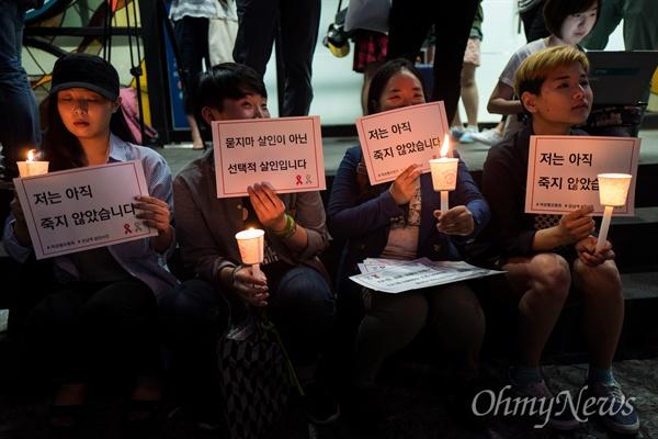 """""""저는 아직 살아 있습니다.  강남역여성살인사건이 발생한지 이틀이 지난 19일 오후 서울 강남역 10번 출구 인근에서 피해자를 추모하는 시민들이 손피켓과 촛불을 들고 있다."""