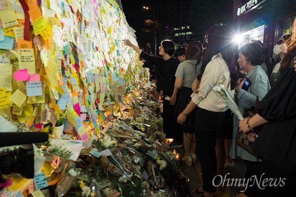강남역여성살인사건이 발생한지 이틀이 지난 19일 오후 서울 강남역 10번 출구 인근에서 피해자를 추모하는 발길이 이어지고 있다.