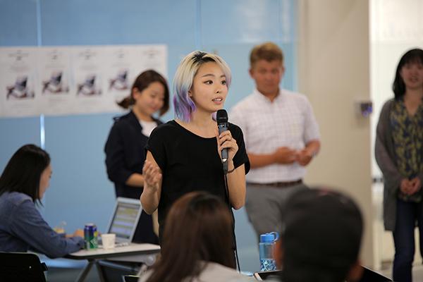 디지털 노마드 다큐멘터리 제작자 도유진씨가 17일 디지털 노마드 밋업 인 제주 행사에서 다큐 취재과정을 설명하고 있다.