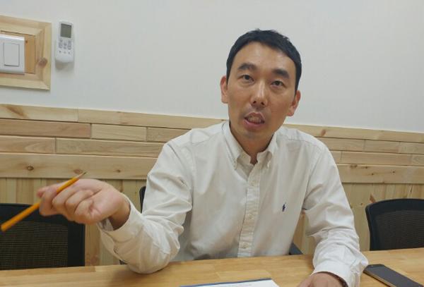 인터뷰중인 김용민 변호사