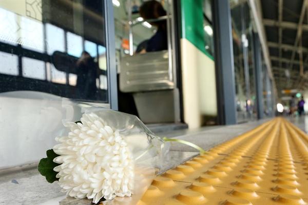 구의역 스크린도어 앞에 놓인 국화꽃