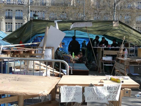 프랑스 광장에 모인 텐트촌