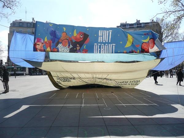 """""""Nuit Debout"""" 플레카드가 보인다"""