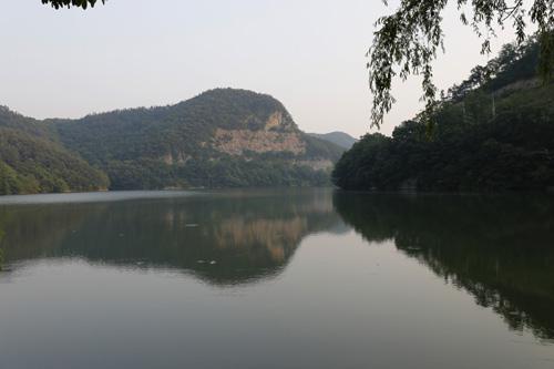 화순적벽을 닮은 서성저수지 풍경. 주변에서 흔히 보는 저수지와는 사뭇 다른 풍경을 선사한다.