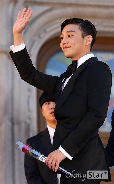 '백상' 나 유아인이야! 배우 유아인이 3일 오후 서울 회기동 경희대에서 열린 <제52회 백상예술대상> 레드카펫에서 팬들을 향해 손인사를 하고 있다.
