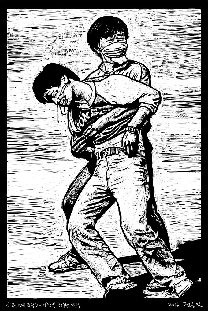 """[역사의 한 컷] """"87년 이한열 최루탄 피격"""" 1987년 6월 9일, 교문 앞 시위 도중 경찰이 쏜 직격 최루탄에 뒷머리를 맞고 피 흘리며 쓰러지는 연세대 학생 이한열."""