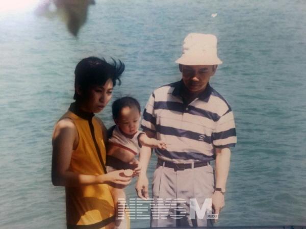 캔디 고 씨가 처음으로 공개한 가족 사진. 그는 스마트폰에 사진을 저장해 두고, 시간이 날 때마다 가족 사진을 본다고 한다.