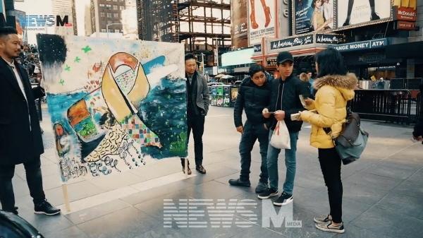 예술 집단 '크리에이트'에서 활동하는 캔디 고 씨는 시각 정보에 휘둘리지 않도록 돕고 싶은 마음이 있다. 지난 4월에는 세월호 2주기를 맞아 크리에이트가 제작한 작품을 들고 길을 걸으며 뉴욕에서 세월호 진실을 밝혀야 한다는 내용을 사람들에게 알렸다.
