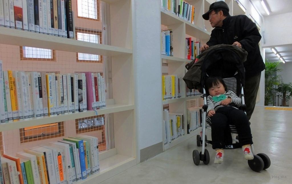 유모차, 휠체어탄 주민도 쉽게 서고에 다가갈 수 있다.