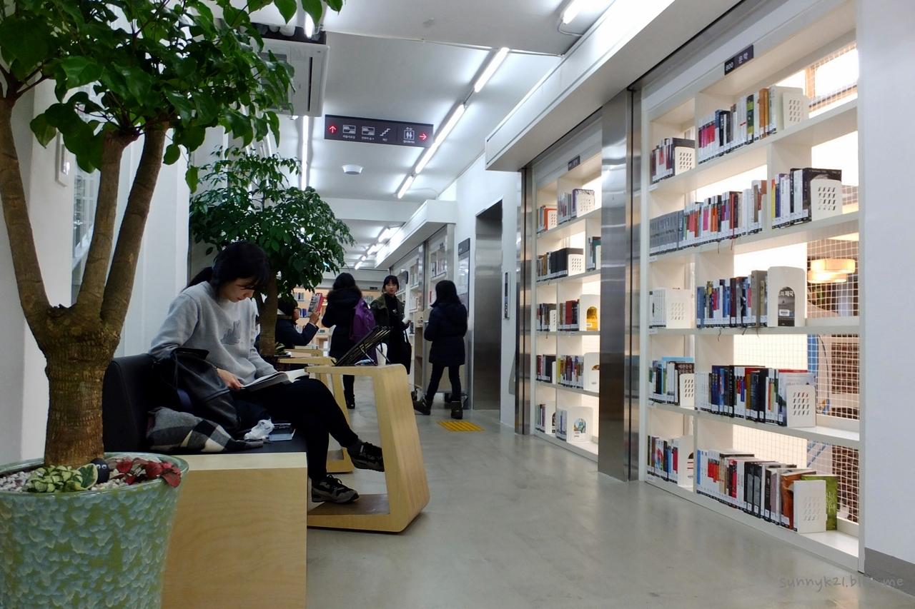 열람실이 따로 없는 대신, 도서관 구석구석이 책 읽는 공간이다.