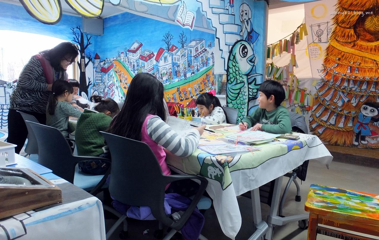 즐겁게 도서관을 이용하는 아이들 모습에서 진화하는 도서관을 본다.