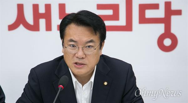 새누리당 정진석 원내대표가 8일 오전 국회에서 열린 원내대책회의에서 발언을 하고 있다.