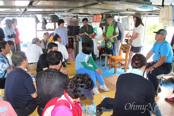 4대강조사위원회는 11일 오후 낙동강 김해 대동선착장에서 어민들과 간담회를 가졌다.