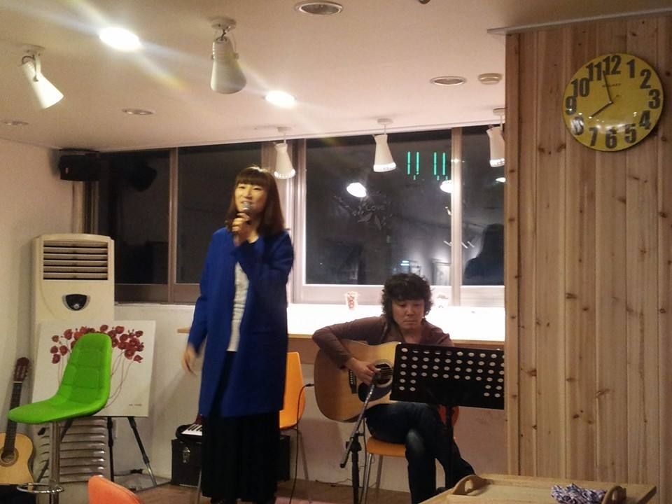 카페 봄봄 인테리어 콘셉트는 '이용자들이 편한 카페'. 작은 공연을 할 수 있는 무대를 만들면서도 공연자의 동선 등을 염두에 뒀다. 사진은 카페 봄봄에서 가수 이수진이 노래를 부르고 있다.