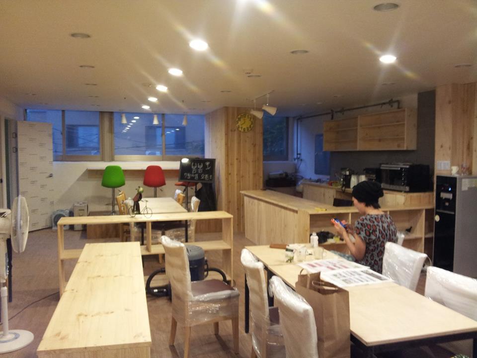 2013년 7월 정식 오픈 1주일 전의 모습. 카페 봄봄은 많이 빈 모습으로 출발했다. 누군가가 그 빈자리를 채워줄 거라는 강한 믿음을 안고서.