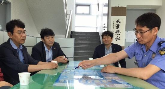 정의당 정의당 김종대 의원(사진 왼쪽)과 김성진 인천시당위원장(왼쪽 두번째)이 연평도를 방문해 해양경비안전본부 관계자로부터 중국어선 불법조업 실태 등에 관해 설명을 듣고 있다.