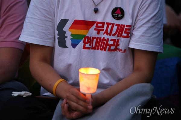 미국 올랜도 성소수자클럽 총격 희생자 추모 촛불문화제 13일 오후 마포구 홍대입구역 부근 경의선숲길공원에서 '미국 올랜도 성소수자(LGBT)클럽 총격사건 희생자 추모 촛불문화제'가 성소수자차별반대무지개행동 회원과 시민들이 참석한 가운데 열렸다.