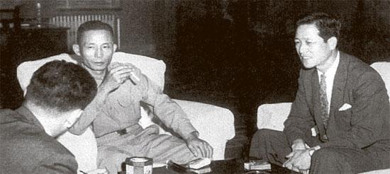 1961년 8월 31일 서울 중앙정보부 남산청사를 방문한 박정희 국가재건최고회의 의장과 대화를 나누는 김종필 중앙정보부장(오른쪽).