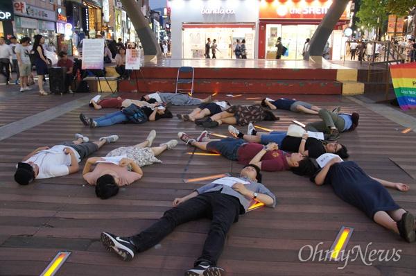 혐오에 맞서는 이들이 19일 오후 대구백화점 앞에서 죽은 것처럼 누워 있는 '다이 인 퍼포먼스'를 벌였다.