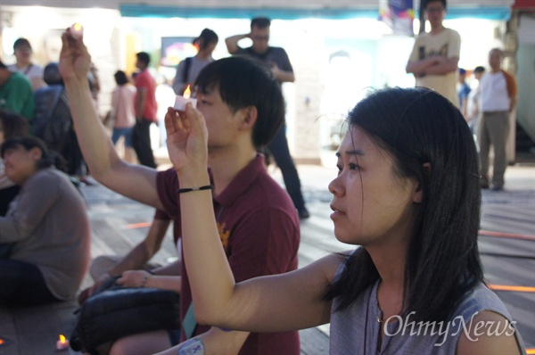 19일 오후 8시부터 열린 '혐오에 맞서는 작은 행동, 춤을 추며 절망이랑 싸울거야' 문화행사에 참가한 참가자들이 촛불을 들어 흔들고 있다.