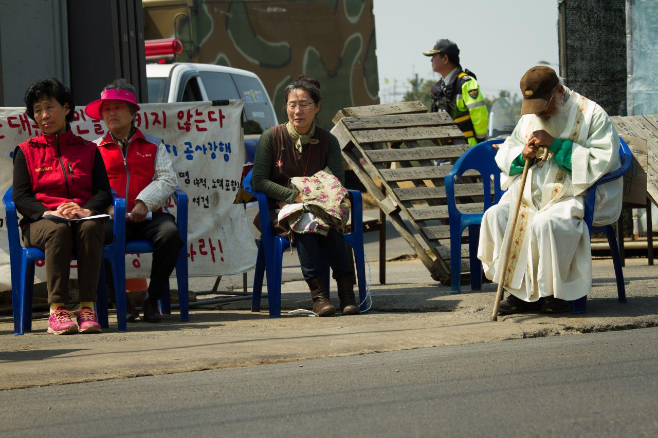 공사장 정문 앞 밀양주민