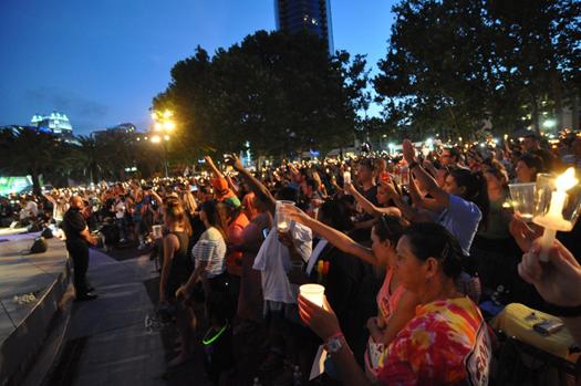 ▲ 19일 오후 7시 올랜도 다운타운 레이크 이올라 파크에서 열린 촛불 추모집회에 모인 올랜도 시민들이 총기난사로 숨진 49명의 희생자들을 추모하고 53명의 부상자들의 회복을 기원하고 있다.  ⓒ 김명곤