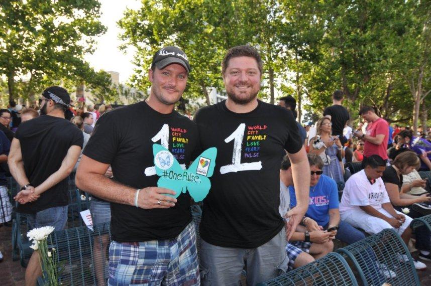▲ 19일 오후 7시 올랜도 다운타운 레이크 이올라 파크에서 열린 촛불 추모집에 참석한 게이 커플. 이들은 당당하게 게이 커플이라고 기자에게 밝혔다. ⓒ 김명곤