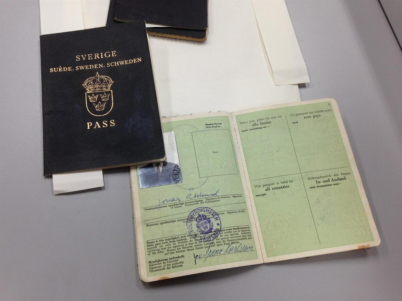 당시 사용했던 위조여권 개인 정보 보호를 위해 해당 인물들의 사진은 모두 가렸다. 여권들 중에는 연습을 위해 여러개의 스탬프를 찍은 것들과 입국에 성공한 완성품이 섞여있었다.